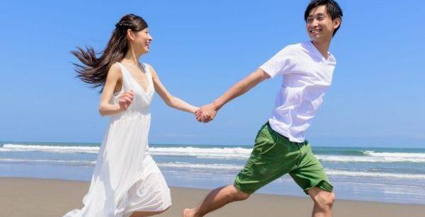 浜辺で走るカップル