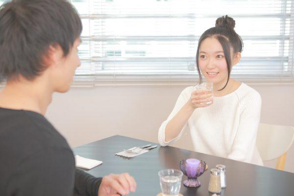 カフェでお茶をするカップル