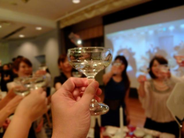 婚活パーティーで乾杯のシーン