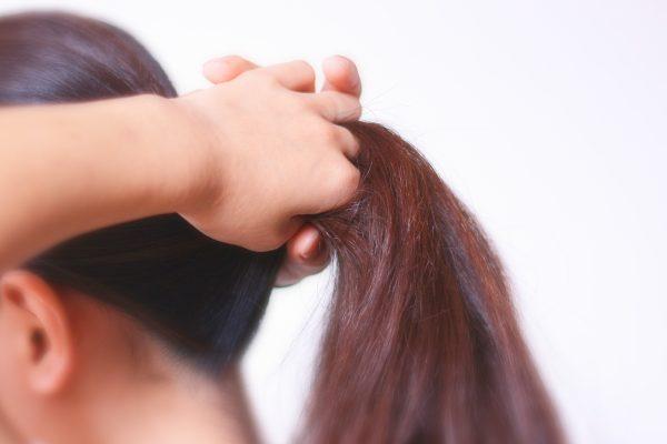 髪を結う女性