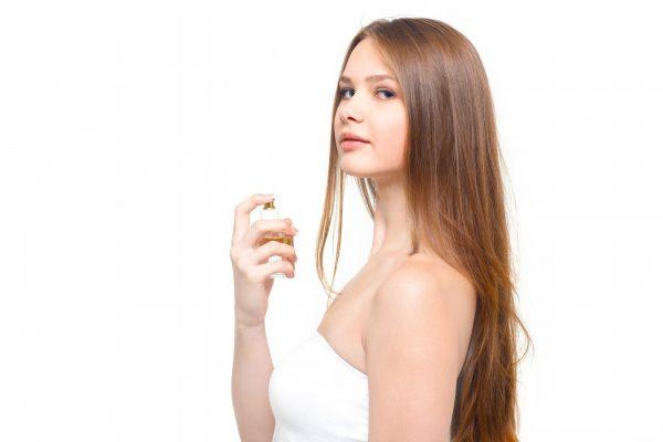 香水をかける女性