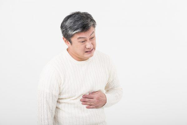胃痛に苦しむ男性