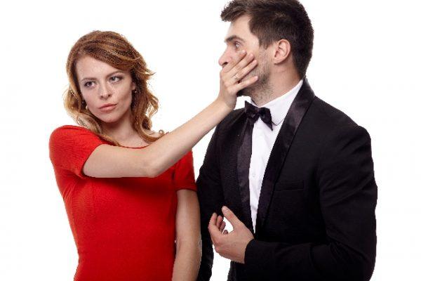 会話を遮る女性