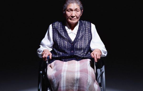 車いすに乗るおばあさん