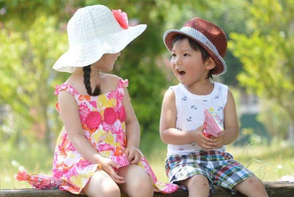 遊ぶ男の子と女の子